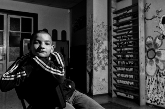 Bucarest 2013 I ragazzi di Bucarest, una generazione di giovani cresciuta in strada, che di notte, in inverno, trova rifugio nei canali sotterranei della città riscaldati dai tubi dell'acqua calda, e di giorno riemerge dai tombini fumanti alla ricerca di un modo per sopravvivere: lavare i vetri ai semafori delle strade, elemosinare, prostituirsi, tutto pur di rimediare qualcosa da mangiare, qualche sigaretta, un po' d'alcol o la colla da sniffare, fattore onnipresente e distintivo di questa realtà, abusato anestetico di una condizione umana insopportabile. ll clown Miloud Oukili decise di donare il suo interesse e il suo impegno, cercando di stabilire un contatto calandosi nella loro realtà, nei canali sotterranei. Viveva e dormiva con loro, si batteva per dare loro un'alternativa di vita, utilizzando l'arte del circo per stimolare la loro curiosità e la loro voglia di cambiare. Ora Parada accoglie moltissimi ragazzi dando loro una speranza di vita migliore…
